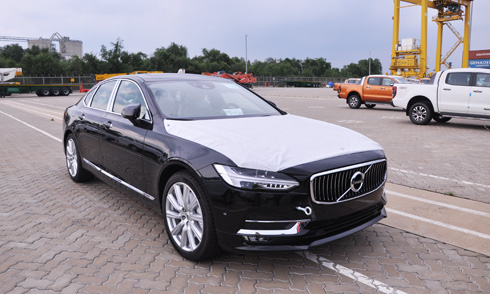 xe-la-volvo-s90-2017-ve-viet-nam-doi-dau-mercedes-e-class
